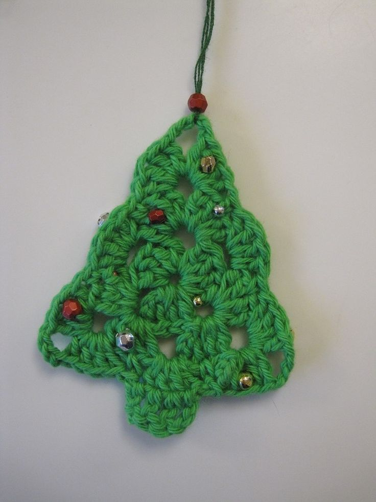 En udførlig opskrift på fine, hæklede juletræer. Og her, som noget lidt anderledes, med julepynt på, i form af små perler. :)