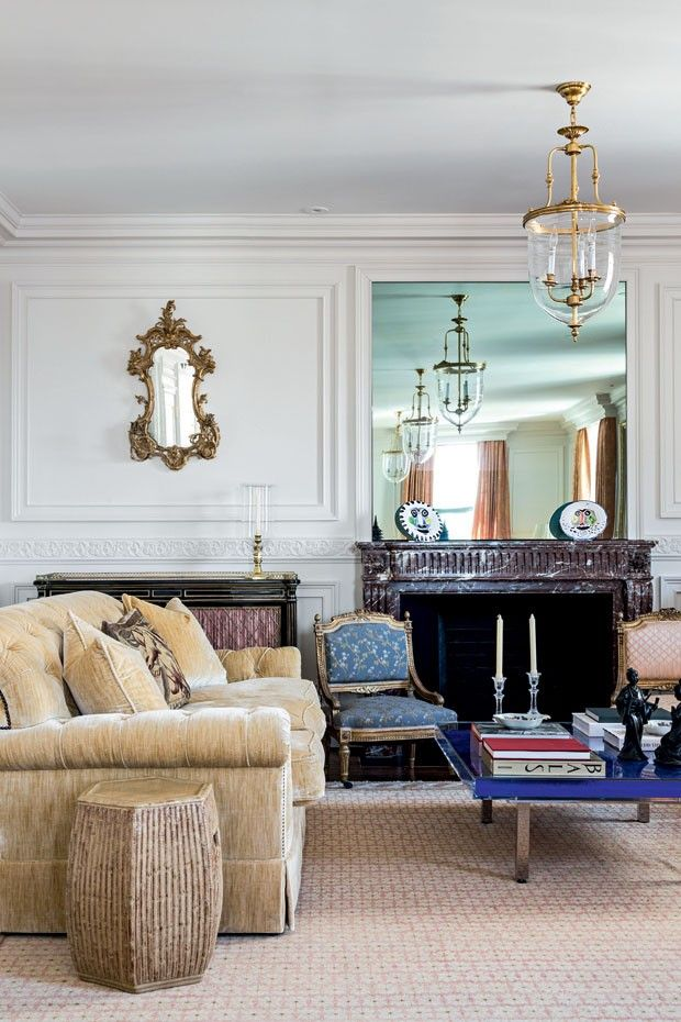 Decoração clássica. O par de pratos na lareira é de Pablo Picasso.