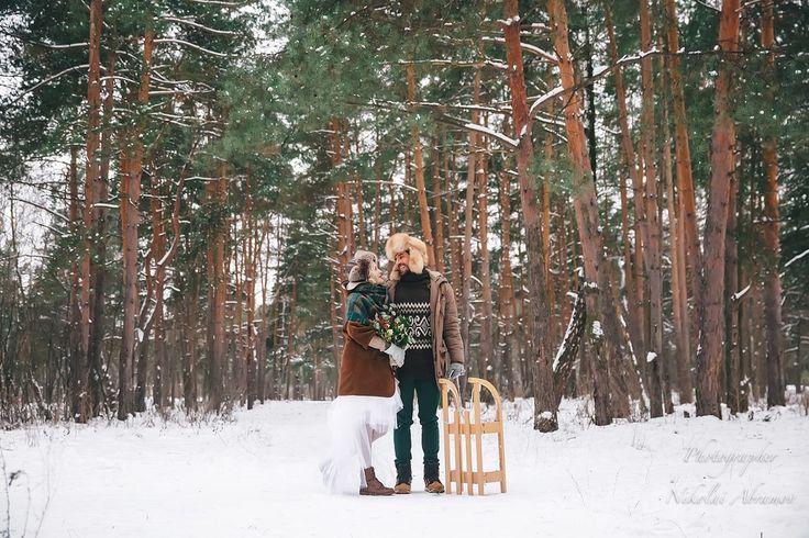 Яркий зимний образ жениха и невесты. Свадьба зимой. Санки. Фото: Николай Абрамов