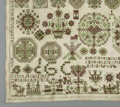 Merklap van linnen waarop met rode en groene zijde in verschillende steken alfabetten in oplopende grootte, geometrisch figuren, voorstellingen uit het dagelijks leven, GOOITIE CORNELIS/ ANNO DOGTER/ 1701/ GEIAREBFHEPW (ge-arbeid-heeft?) en twee teksten, Gooitie Cornelis, 1701 - Rijksmuseum