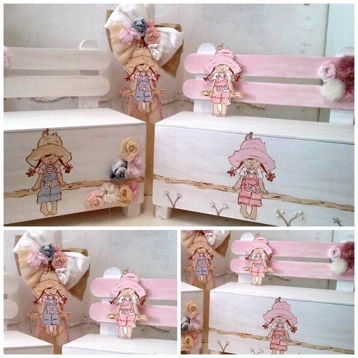 Βαπτιστικό πακέτο με τη Sarah Kay ντυμένη στα ροζ  TO ΣΕΤ ΠΕΡΙΛΑΜΒΑΝΕΙ:   Ξύλινο κουτί-παγκάκι Διαστάσεις: 60Χ30Χ25 εκ Λαμπάδα ή κηροστάτη ΣΕΤ ΛΑΔΟΠΑΝΑ ελληνικής ραφής (2 ΠΕΤΣΕΤΕΣ, ΣΕΝΤΟΝΙ, ΣΕΤ ΕΣΩΡΟΥΧΑ - ΚΑΠΕΛΑΚΙ) / Mπορείτε να επιλέξετε όποιο σχέδιο λαδόπανου σας αρέσει περισσότερο ΣΕΤ