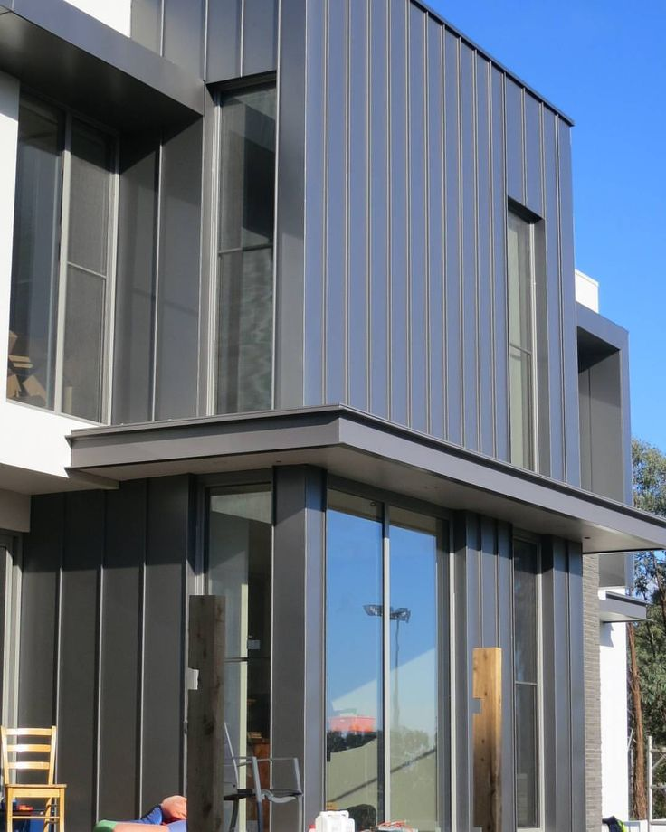 #Repost from @stevelauxbuildingdesigns // A great streamlined clad home from a few years back.  #Templstowe Lower  #Aluminium standing seam cladding  #stevelauxbuildingdesigns cantilevered awnings  #Monument