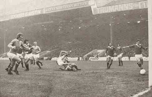 Man City 3 Man Utd 0 in Nov 1972 at Maine Road. Colin Bell scores for City to make it 1-0 in the Manchester Derby #Div1