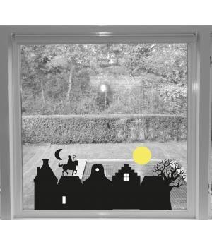Wat een super gave sticker Zie de maan schijnt....!Een straat met Hollandse grachtenpandjes een mooie boom en op de daken loopt het paard van Sinterklaas met de Goed heiligman.Een leuk detail is de gele maan die er los bij zit, zo kan je die plakken ...