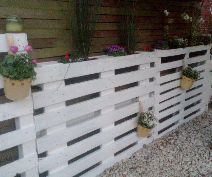 Kleiner Gartenzaun aus Europaletten bzw. Einwegpaletten mit Bepflanzung.