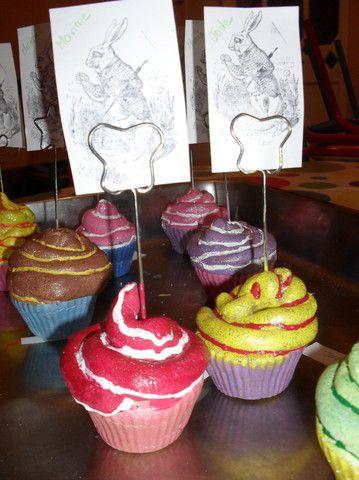 cupcakes met isolatieschuim spuiten, dan schilderen en vernissen knutselen voor oma's