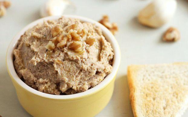 Nucile sunt un ingredient foarte bun pentru prepararea unei maioneze vegetale, datorită conținutului mare de grăsimi și proteine. Dacă sunteți în căutarea unei rețete de maioneză de post, încercați această variantă. Este foarte gustoasă, sățioasă și sănătoasă.