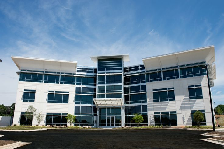 The new flagship office of Piedmont Advantage Credit Union in Piedmont Advantage Park in Winstom-Salem, NC, USA. The sleek and modern facility designed by Merriman Schmitt Architects features low-e glass Pilkington Energy Advantage™ that enhances clarity and increases the energy efficiency within the building.