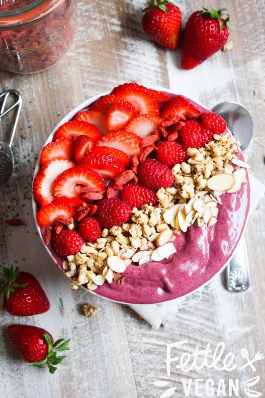 Peanut Butter + Berry Acai Bowl! A copycat of Nekter's PB Bowl- but healthier, cheaper, and made right at home. #vegan #GF
