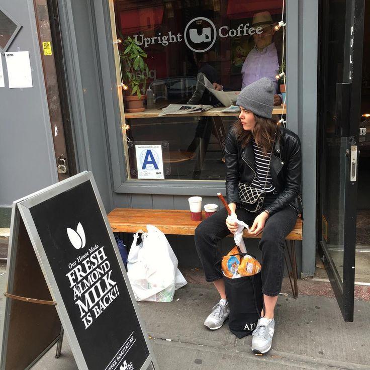 jem kabanosa, pije kawę co prawda nie latte, ale i tak czuję się bosko 👌🏼 #brooklyn#nyc#girl