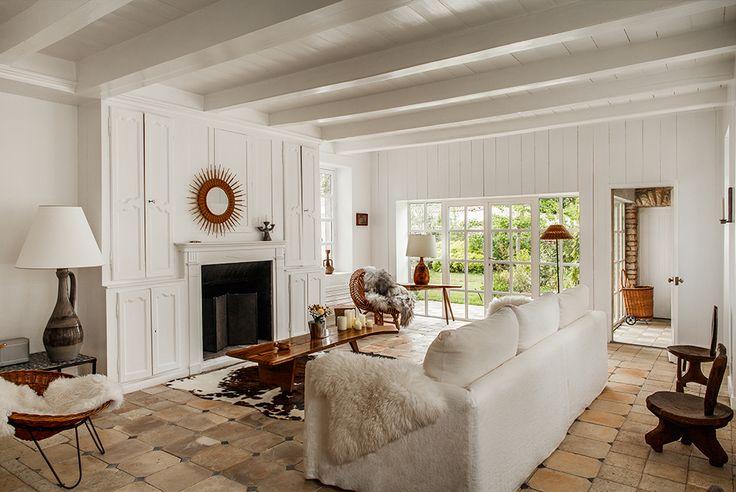 Бамбуковое зеркало в гостиной над камином найдено на парижской барахолке, а керамические лампы Roger Capron и кресла из ротанга Marie & Benoit куплены на eBAY
