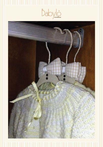 Cabide de veludo com alça forrada em fita de cetim.  Fuxico gravata borboleta perfumado. Elegante e lindo para um quarto perfeito nos mínimos detalhes.