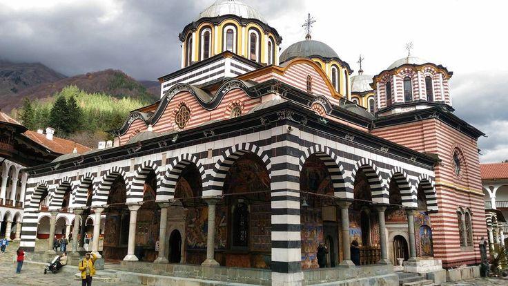 Mosteiro de Rila na Bulgaria! Dia 2 das férias deste ano. O Mosteiro de Rila é o maior mosteiro ortodoxo da península balcânica e a segunda maior igreja ortodoxa dos balcãs depois da Catedral Alexander Nevski em #Sofia