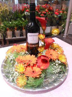 flaske på rundt fat med blomster