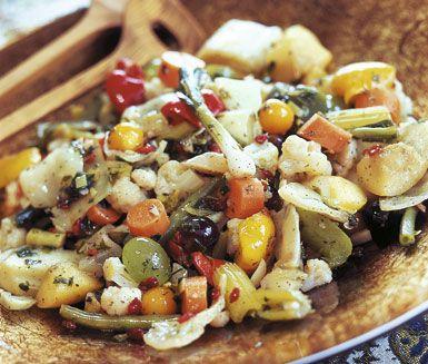 Torshi är en persisk sallad på marinerade frukter och grönsaker - ett alldeles underbart tillbehör. Salladen marineras i vitlök, äppelcidervinäger, olivolja och lime och ger ännu mer smak ifall den får stå till sig i kylen någon dag.