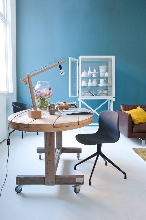 Espace de travail / Blue workspace with round wooden table #steigerhout #steigerhouten #tafel
