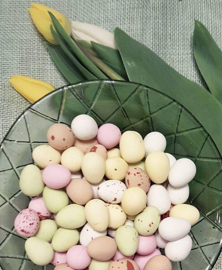 Happy Easter  #pääsiäinen #easter #eastereggs #suklaamunat #chocolateeggs #tulips #kukat #lifestyleblogger #nelkytplusblogit #åblogit