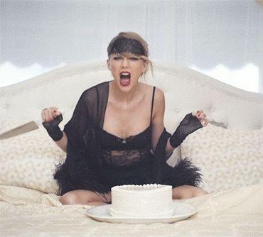 11 vezes em que ficamos com medo de Taylor Swift no clipe de Blank Space 8. Enfia a faca no bolo, que, na verdade, representa o coração dele! Ui!