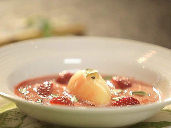 Sopa espumante de morango com sorvete de tangerina