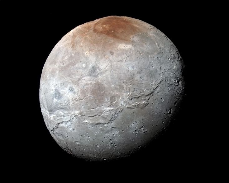 Charon, le « nocher des Enfers », le passeur du fleuve Styx, photographié par New Horizons le 14 juillet 2015, juste avant le survol de Pluton. Les images prises à travers les filtres infrarouge, rouge et bleu de l'instrument Ralph/MVIC révèlent les différentes compositions des terrains. La région du pôle nord a été baptisée Mordor Macula. La longue faille qui parcourt l'astre sur plus de 1.800 km le long de son équateur est nommée Serinity Chasma. La résolution est de 2,9 km par pixel. ©…