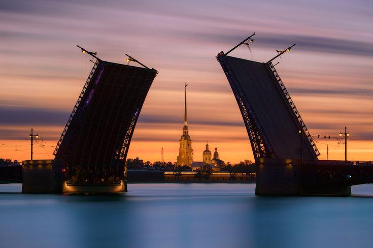 35PHOTO - Sergey Louks - Словно руки, вскинутые в небо, над Невой разводятся мосты.