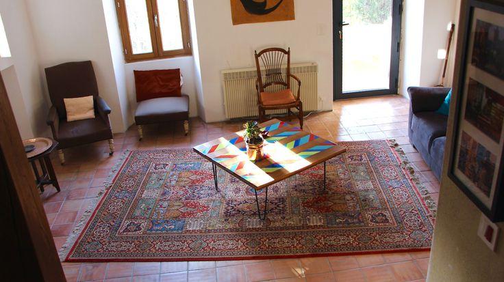 Table basse en bois et faïence, pieds en épingles Géométrique, colorée et moderne