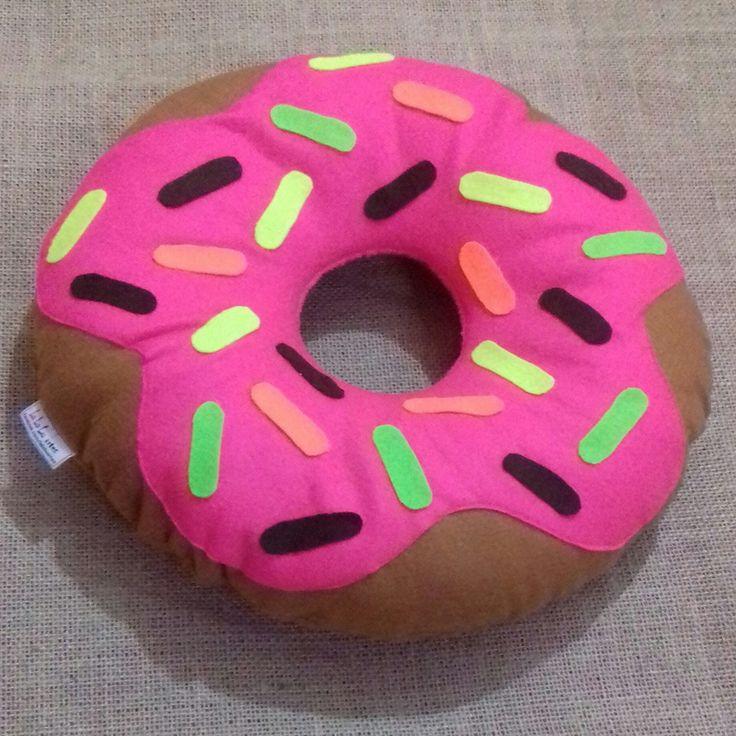 Almofada Donuts Fluorescente <br> <br> <br>Presenteie quem você ama. <br>Ganhe um brinde! <br> <br>Escolha a cor e tamanho que mais lhe agradar. <br> <br>Promoção por tempo limitado: <br>Na compra de 2 almofadas, ganhe um brinde, um lindo chaveiro de donuts personalizado. EXCLUSIVO <br> <br>Costura e Acabamento feito à maquima. <br>Material feltro e Fibra siliconada. <br> <br>Fale conosco <br> <br>Um produto com a Qualidade Lalalu artes