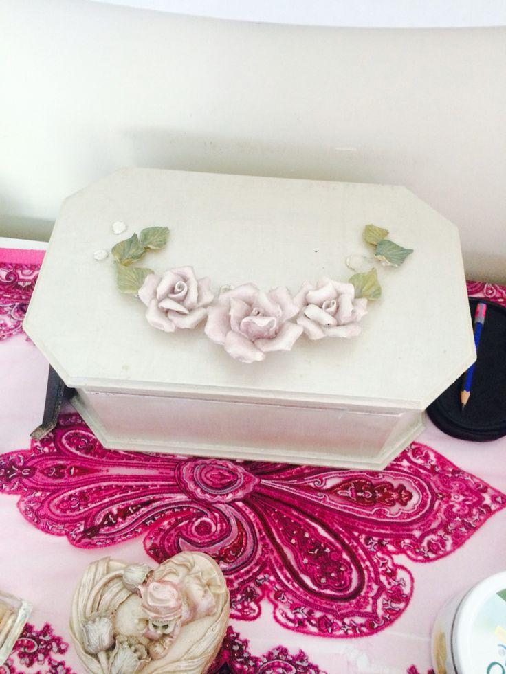 Süsleme hamurundan yapılan güller de bana aittir Ahşap Takı kutusu
