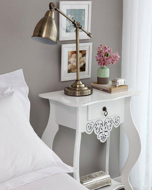 Um criado-mudo decorado com muito amor! A luminária dita o tom de aconchego e o vaso com flores deixa seu quarto ainda mais delicado. <3  Produtos: - Mesa Lateral Medieval 1 Gaveta Branco; - Porta Jóia De Zamac Marrocos 24X10X8 Cm; - Vaso de cerâmica Duo Color; - Luminária Lincy metal;  #producaomobly #casamobly #decoration #instadecor #instahome #casa #home #interiordesign #homedesign #homedecor #homesweethome #inspiration #inspiração #inspiring #decorating #decorar #decoracaodeinteriores…