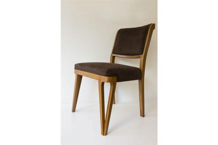 Masif bir yemek masası sandalyesi olan Connect, hafif olması ve rahat oturuşlu tasarımı ile dikkat çekmektedir.
