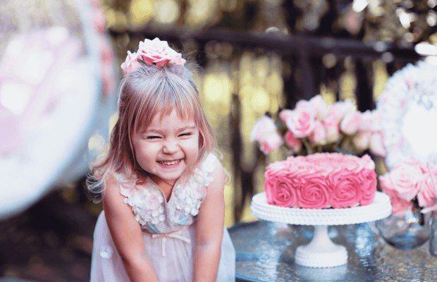 """КАК ПРЕВРАТИТЬ ОБЫЧНЫЙ ДЕНЬ В МАЛЕНЬКИЙ ПРАЗДНИК    Подумайте, как просто осчастливить ребенка и превратить самый обычный день в маленький праздник.    1. Сделайте простую игрушку. Например, прорежьте отверстие-рот в коробке и нарисуйте глаза, чтобы получился смешной прожорливый зверек, вырежьте картонную машину, распечатайте картинку с героем из любимой книжки.    2. Ребенок слоняется по квартире, вы заняты своими делами. И вдруг предложите – """"Хочешь, я тебе почитаю?"""" или """"Давай в лото…"""