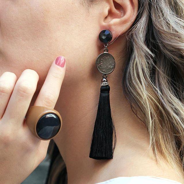 As moedas com motivos orientais estão presentes em brincos e colares da nossa coleção. Esse com tassel é um charme só! Combine com mix de pulseiras ou anel 😉  .  .  .  .  .  #espacond #estilo #acessorios #acessoriosdeluxo #trend #tendencia #lovedesign #create #bijoux #bijuterias #inspiration #lookdodia #acessoriosfinos #fashion #monteoseulook #brinco #earrings #tassel #lookdodia