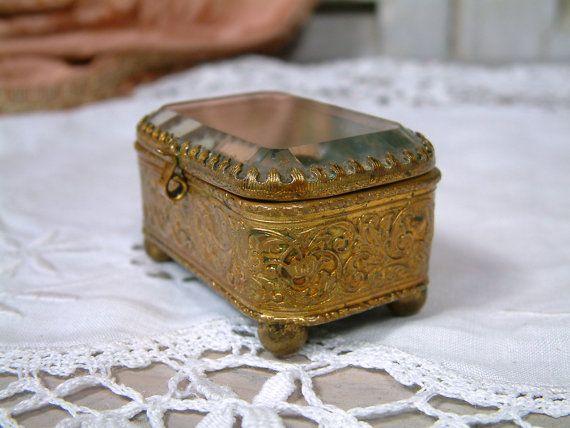 Antieke Franse glas verguld messing sieraden doos. Rozenkrans juweel vak. Schuine glazen sieraden doos. Glazen ring doos. Verlovingsring vak