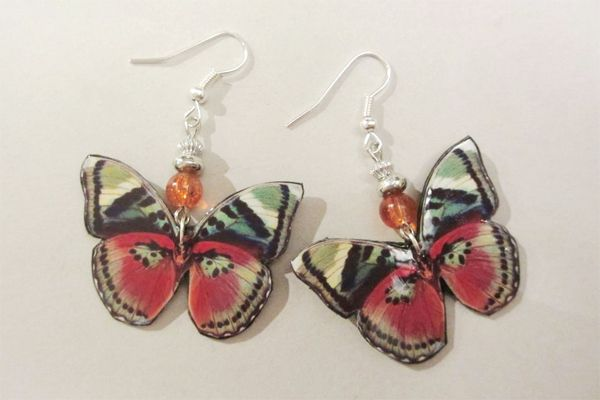 Earrings made of leather, pictures of butterflies and pearls. http://www.minka.fi/nahkakorvakorut314k-p-3954.html