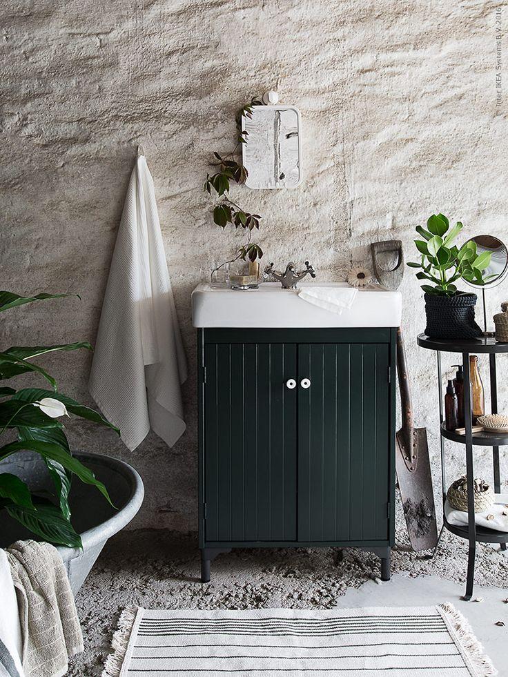 I ett utrymme med råa väggar och golv har ett spartanskt badrum skapats med varsam hand. SILVERÅN tvättställskåp ger gott om förvaringsyta för handdukar och känns tidsenligt med torpet
