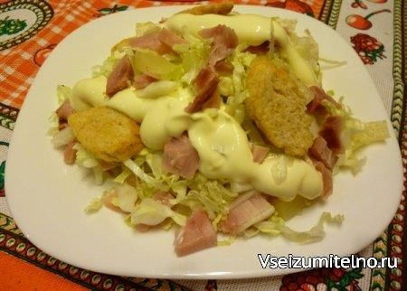 Салат с копченой курицей, пекинской капустой, ананасами и сухариками   Ингредиенты  Курица копченая (грудка или окорочок) — 1 шт. Капуста пекинская (среднего размера) — 0,5 шт. Ананас консервированный — 400 г. Сухарики — 1 пачка Майонез или смесь из сметаны и майонеза (50 на 50) — по вкусу Соль - по вкусу и желанию.  Способ приготовления  Срезать основание пекинской капусты, разобрать кочан на листья, помыть, обсушить и тонко нашинковать.  Разобрать копченую курицу: удалить все кости, жилки…