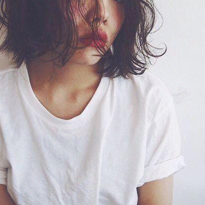 ボブヘアスタイル  くせ毛風 Tシャツ ラフ ダークトーン 無造作 白T 透明感 パーマ salon dakota