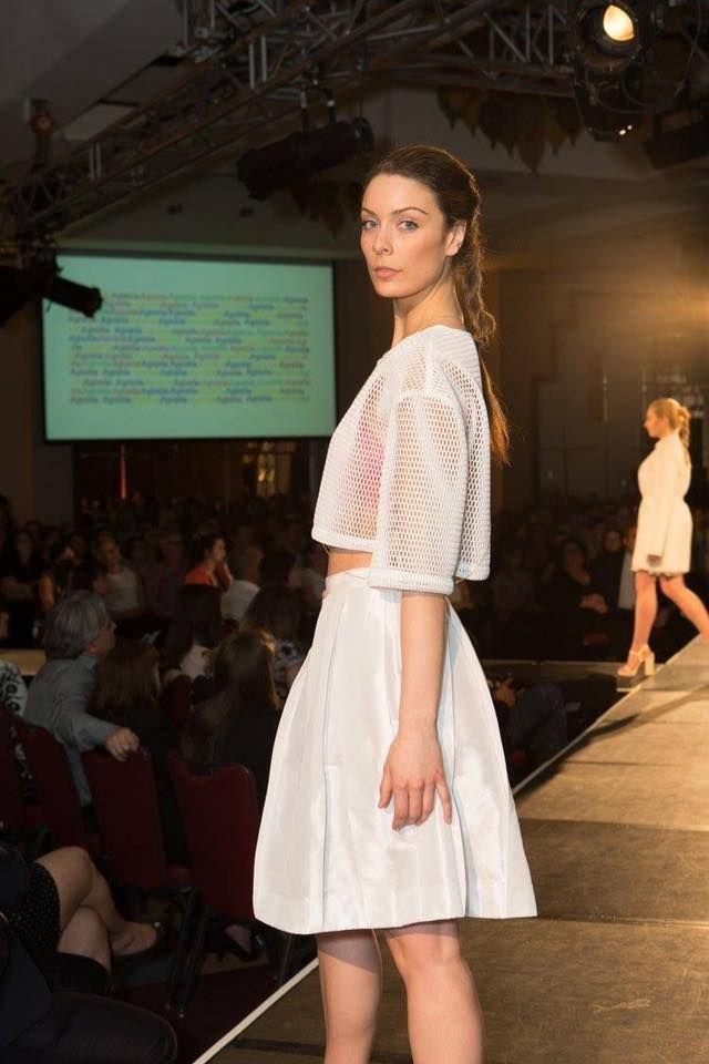 Crédit photo: Jean Rodier Bralette rose framboise d'été Aporia, le chandail blanc en mesh au style transparent, la jupe gurly