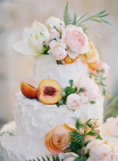 WEDDING CAKES: outdoor wedding - fresh flowers and sliced peaches !