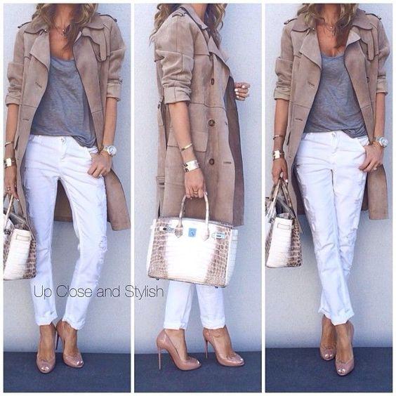 beige Trenchcoat, graues Trägershirt, weiße enge Hose, beige Leder Pumps für Damen