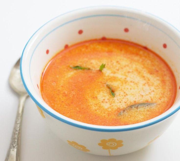タイのライムココナッツスープ     とても温まる酸味の効いたクリーミーでスパイシーなスープです。  材料 ココナッツミルク 1缶 水 1/2カップ 生姜 5スライス ミニチリ 6個 ライム 1個 食べるラー油 大さじ1 砂糖 小さじ3 塩 小さじ1  作り方 1 すべて鍋に入れて沸騰させて出来あがり。 コツ・ポイント 食べるラー油はフィッシュオイルが入ってるものをオススメします。 レシピの生い立ち タイレストランで食べて美味しかったので再現してみました。