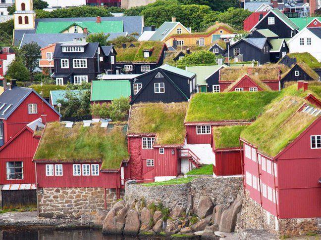 Insulele Feroe, Danemarca Situate între Norvegia şi Islanda, insulele Feroe încântă vizitatorii cu natura în forma sa cea mai pură. De la peisajele spectaculoase şi flora şi fauna unice până la căsuţele viu colorate, aici vei găsi surprinzător de multe lucruri de văzut raportate la dimensiunile insulelor.