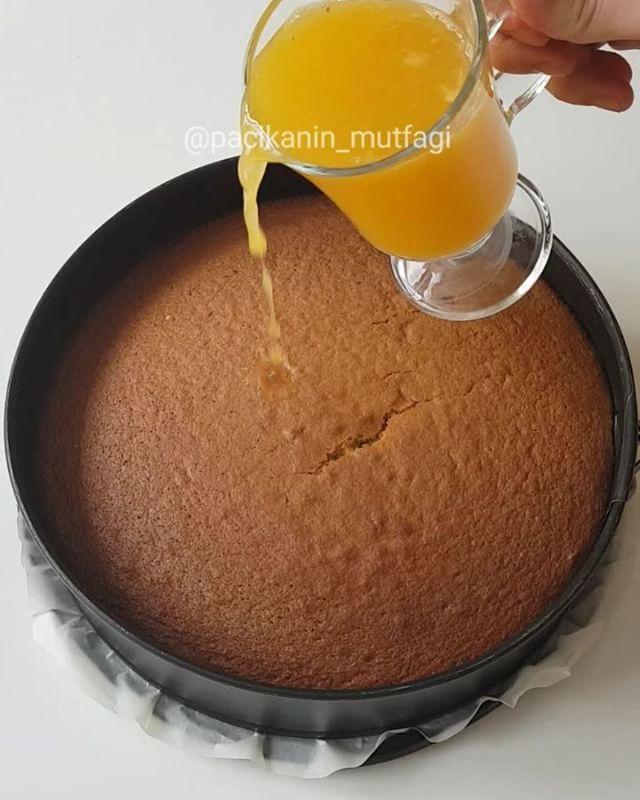 Portakal Soslu Haşhaşlı Kek Tarifi için Malzemeler Kek için;    4 adet yumurta   1,5 su bardağı toz şeker   Yarım su bardağı sıvı yağ   1 su bardağı süt   2 portakal kabuğu re