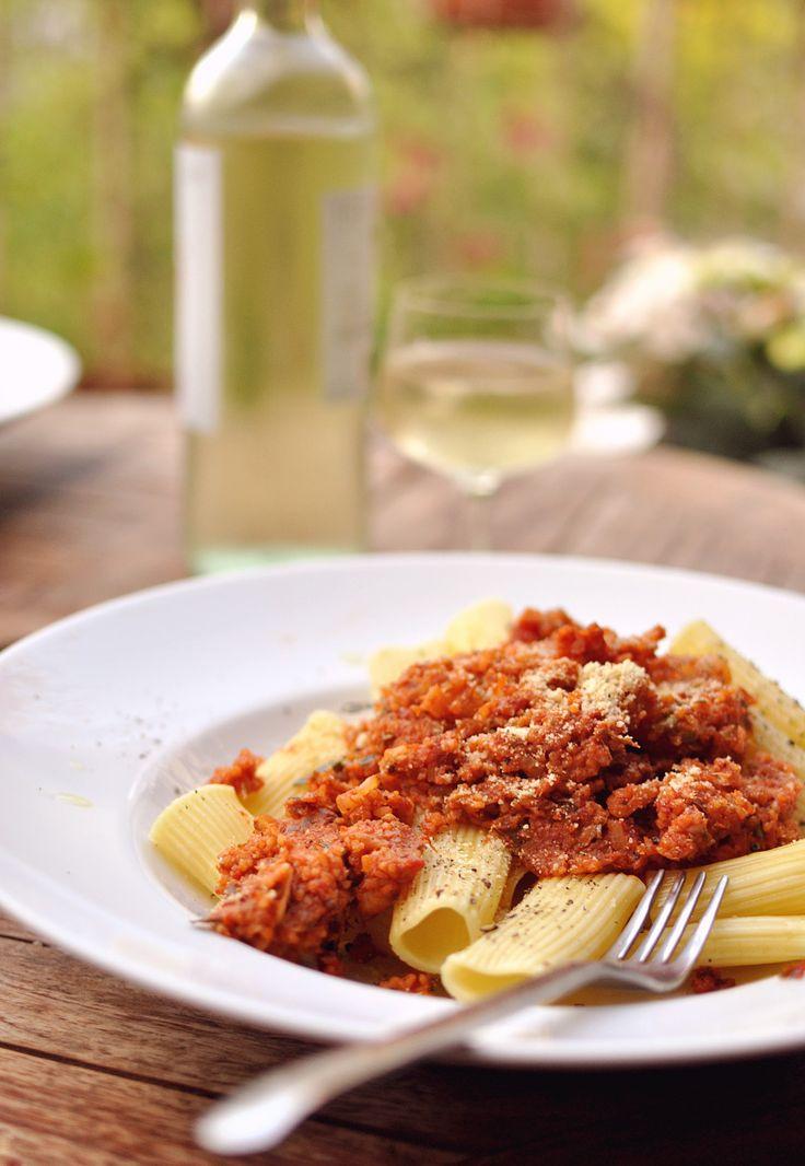 Vegane Bolognese ohne Soja über Pasta | Schwatz Katz