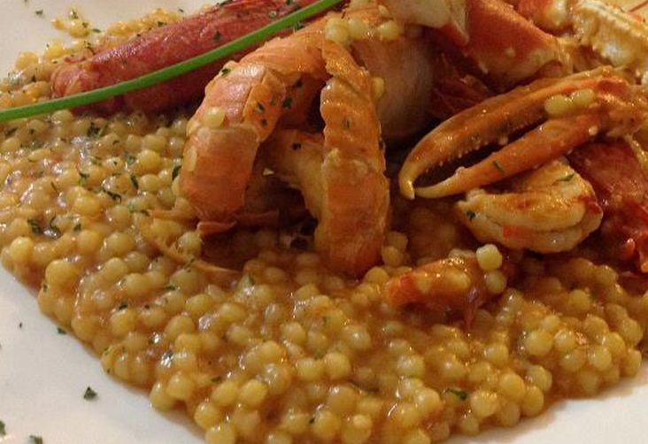 Un eccezionale primo piatto ai profumi del mare e dello zafferano. La fregula, pasta tradizionale di semola e acqua, ne raccoglie tutto il gusto per la gioia del palato.