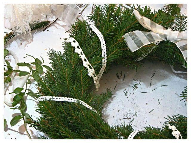 Belle Époque Wedding Diary: Pitsein koristeltu havukranssi