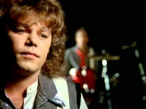 """REO Speedwagon - Can't Fight This Feeling del disco """"Wheels Are Turnin"""" de 1984, sin dudas una canción que no se puede dejar de conocer. Habla de ese sentimiento hacia aquella persona que uno en silencio ama pero sin embargo no se anima a exteriorizar y debe luchar para no dejarlo crecer."""