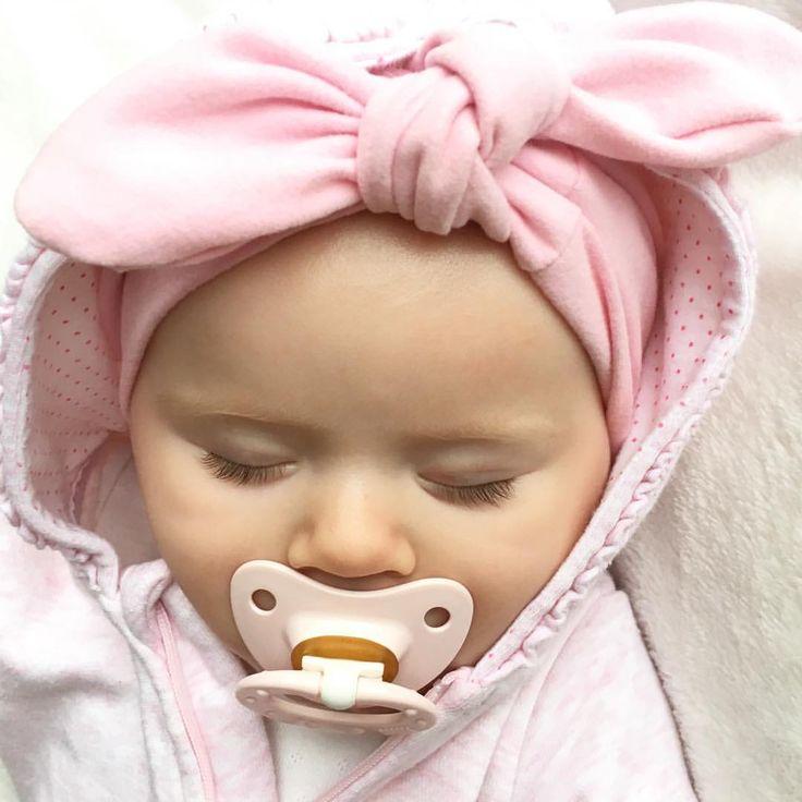 Pink lady  snuppa er godt i gang med sin første blund ✨ Det virker endelig som om sykdommen har begynt å slippe litt!  Krysser fingre for det ✨  #littleshabbyy #littleone____ #littlefashionista #lilleskatten #barneskatter #kidsfashionforall #ministil #pink #miniturban #baby #babygirl #sleepingbeauty #sweet #mini #hmbaby #kidsfashion #mammalivet #barselvarsel