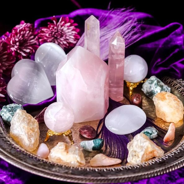 A little love medicine for you today  This entire month offers a gentle and sacred energy. Lean into it. Be gentle with yourself and others. #sagegoddess #sacred #love #energy #holiday #beauty #christmas #hanukkah #yule #december #crystal #crystalshop #crystalsofig #metaphysical #gemstones #natural #pink #rose #rosequartz