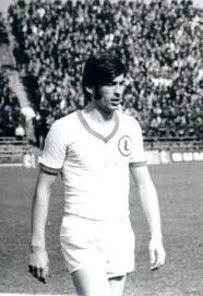 Legia et le génie Kazimierz Deyna : Deyna fascinait les foules. Christopher Lash, autre expert britannique du football polonais, confirme ce statut à part de Deyna : « Il fait partie de la Sainte-Trinité des stars polonaises avec Lubanski et Boniek. Il est une icône, d'autant plus avec sa mort tragique. » Deyna5 était ce genre de joueurs qui fait directement penser aux années 1970 : élégant, racé, dandy mais diablement efficace. Deyna a joué 12 ans au Legia jusqu'en 1978. Il joua ensuite…